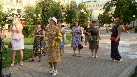 В сквере Давыдова пензенцев порадовали исполнением песен