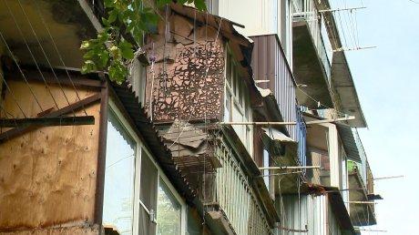 Жители дома на проспекте Победы забросали двор мусором