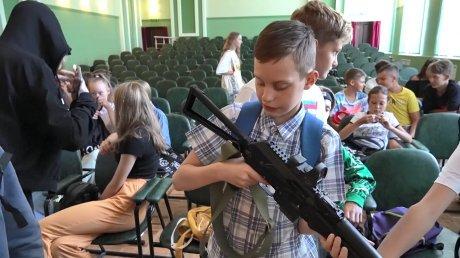 Пензенских детей ознакомили с вооружением росгвардейцев