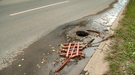 На проезжей части улицы Каракозова появился провал