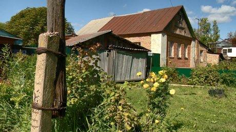 Ветхий столб на улице Пугачева угрожает рухнуть на ближайшие дома