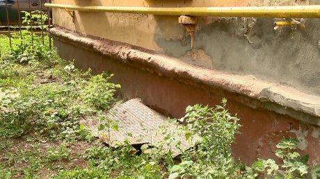 На улице Циолковского нечистоты размывают почву у трехэтажки