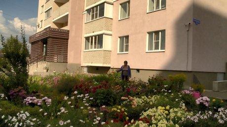 В Пензе активистка украсила территорию дома цветами