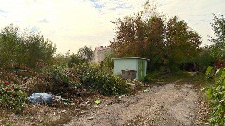 В 1-м Ангарском переулке накопилась гора бытовых отходов