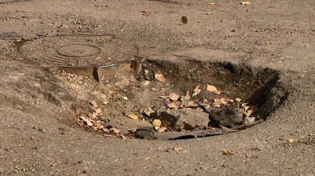 Дорога во дворы на улице Мира с каждым годом разрушается больше