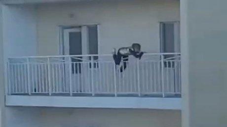 Под Пензой подросток едва не упал с балкона многоэтажного дома