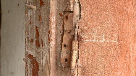 В доме на Набережной Реки Суры люди остались без двери в подъезд