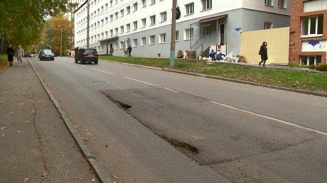На улице Маршала Крылова в новой заплатке на дороге появились ямы