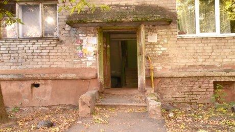 В подъезде дома на улице Докучаева можно снимать фильмы ужасов