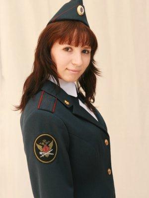 нетерпении Младший инспектор отдела охраны надзора и безопасности женщина приближающегося хозяина